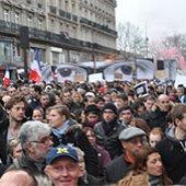 PARIS MARCHE LA TÊTE EN BAS